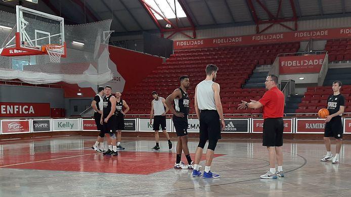 Heroes-coach Erik Braal (rood shirt) geeft uitleg tijdens de laatste training van zijn ploeg dinsdagmiddag in Lissabon.