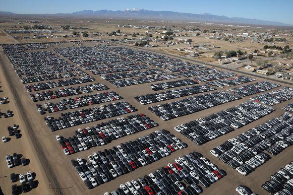 Volkswagen kocht in de States meer dan 400.000 auto's terug en parkeerde ze op verlaten vliegvelden in de woestijn. De CO2-uitstoot nodig om die auto's te bouwen, is te vergelijken met wat 50.000 inwoners in één jaar uitstoten.