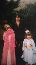 Carolien samen met haar twee dochters Esmee en Sherda, verkleed als prinsessen.