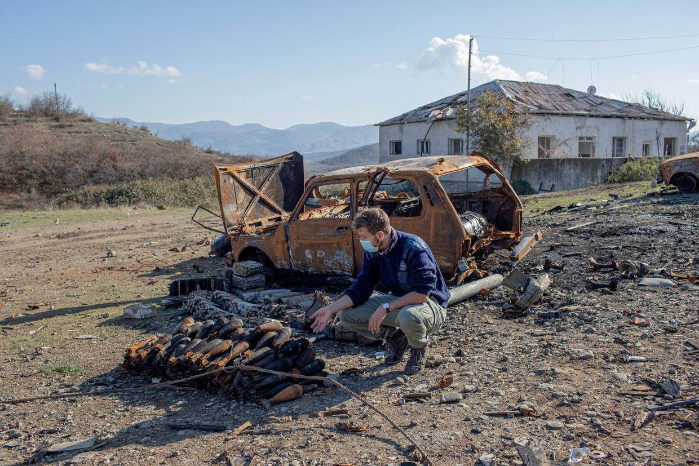 Koen van der West zoekt naar explosieven bij een militaire opslagplaats in Nagorno-Karabach. Hij is medewerker van de internationale organisatie Halo Trust. Beeld Anush Babajanyan