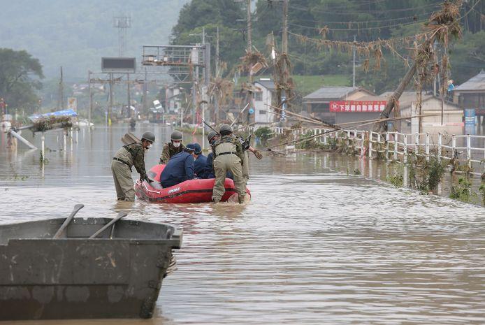 Reddingswerkers zijn ingezet om Japanners die vastzitten als gevolg van het noodweer te evacueren.