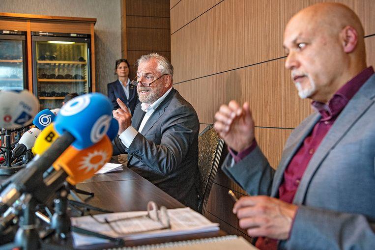 Volgens Peter Schouten en Onno de Jong, raadsmannen van Nabil B., lopen contacten van hun cliënt gevaar nu het OM niet-geanonimiseerde app-berichten heeft verstrekt aan de advocaten in het Marengoproces. Beeld Guus Dubbelman / de Volkskrant