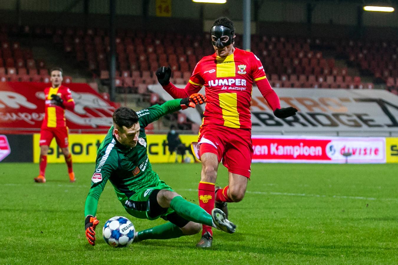 TOP-keeper Bo Geens vloert Antoine Rabillard. Geens kon vervolgens de strafschop van Jeroen Veldmate niet stoppen.