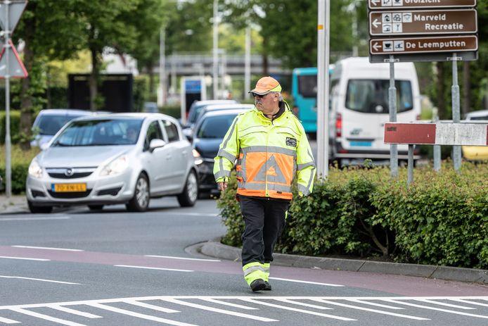 Het kruispunt Winterswijkseweg - Oude Winterswijkseweg in Groenlo is zo gevaarlijk zelfs, dat de gemeente al bijna drie jaar verkeersregelaars inhuurt.