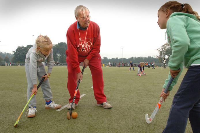 Thom van Dijck (hier op archiefbeeld uit 2008) geeft tekst en uitleg tijdens het hockeyen. Hij overleed zondag op 92-jarige leeftijd.