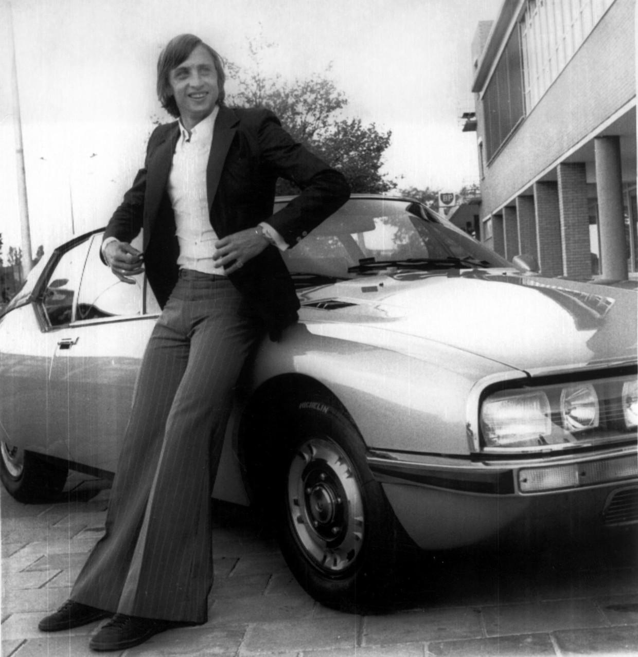 Johan Cruijff leunt tegen zijn nieuwe auto, een Citroen SM. Amsterdam, 15 juni 1972. Beeld ANP