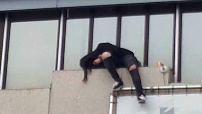 Een dronken Pool is in slaap gevallen op een richel op negen meter hoogte.