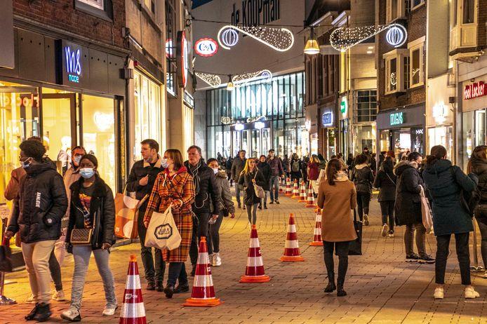 Pylons scheiden de richting van het winkelpubliek in de Heuvelstraat.