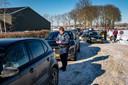Een gemeentecontroleur Tom deelt bonnen uit aan foutparkeerders bij het natuurijs van het Wylerbergmeer.