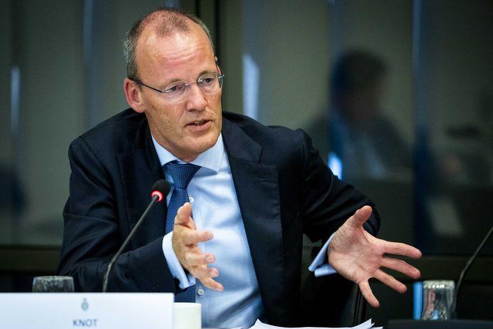 Klaas Knot, president van De Nederlandsche Bank, legt aan leden van de Tweede Kamer uit waarom pensioenfondsen zouden moeten korten.