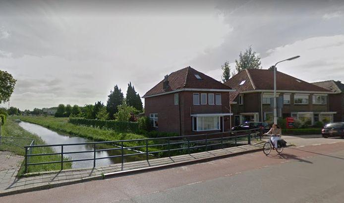 De brug over de Weezebeek heeft de beste tijd gehad.