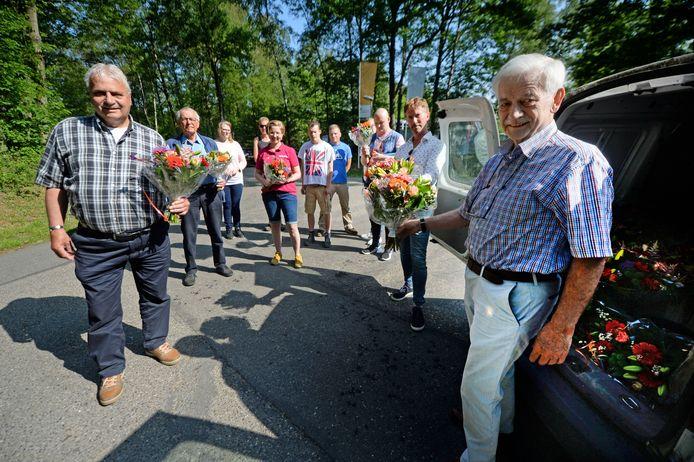 Initiatiefnemers Cor Oostendorp (links) en Roelof Kruijshoop (tweede van links) leverden de bloemen af aan de poort van de LosserHof. Paul van Aubel (tweede van rechts) ontving het eerste boeket van Jan Wegdam (eerste van rechts) van stichting Fonds.