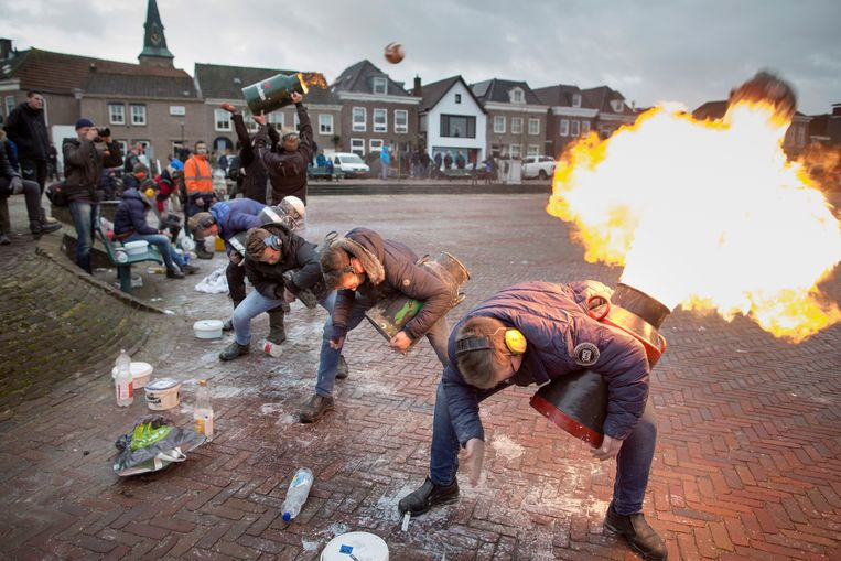 Op oudjaarsdag steken jongeren traditioneel Carbid af in Genemuiden. Beeld Herman Engbers