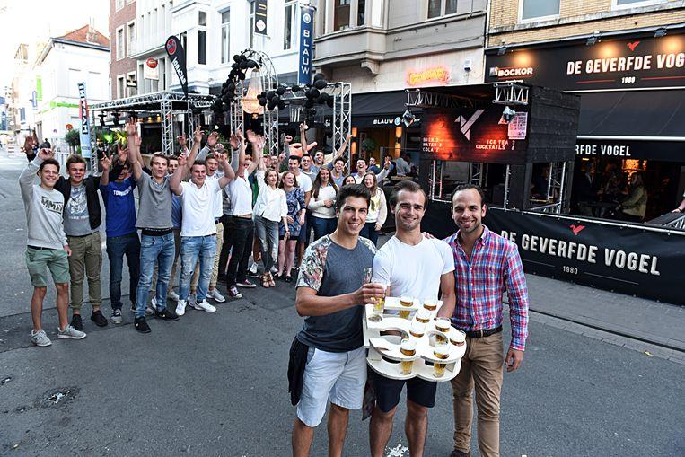 Uitbaters Gilles Verhaeghe (links) en Dieter De Clercq (rechts) van Café 56 geloven volop in de uitgaansbuurt, net als hun klanten.