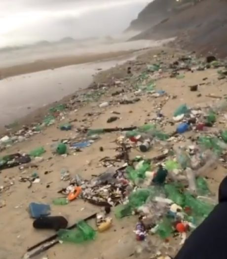 """Une plage brésilienne submergée par une """"vague de plastique"""""""