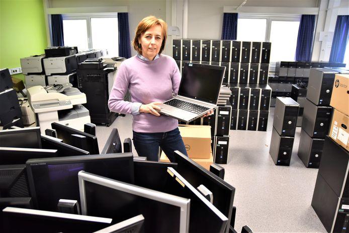 Directeur Mireille Vanallemeersch van de vrije basisschool Sint-Jan tussen de computers die het Jan Yperman Ziekenhuis wegschenkt.