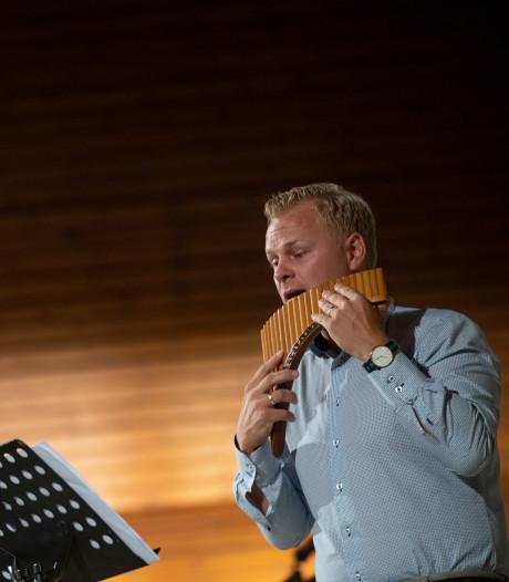 Panfluitspeler Leon (32) treedt op in zijn 'eigen' kerk in Vriezenveen