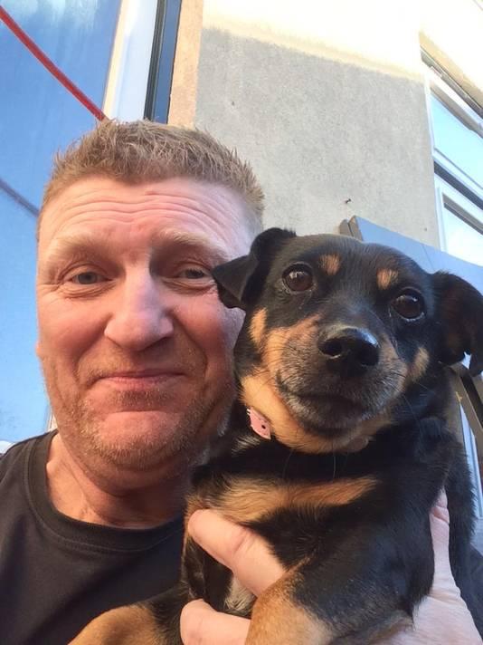 Marc en zijn hond Sushi die hij altijd meeneemt op reis.