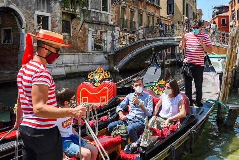 Toeristen in een gondola in Venetië, Italië. Beeld AFP