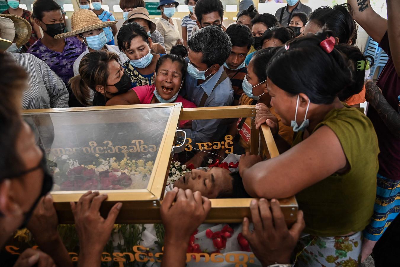 Familieleden rouwen tijdens de begrafenis van Aung Ko Oo die maandag werd doodgeschoten door veiligheidstroepen.