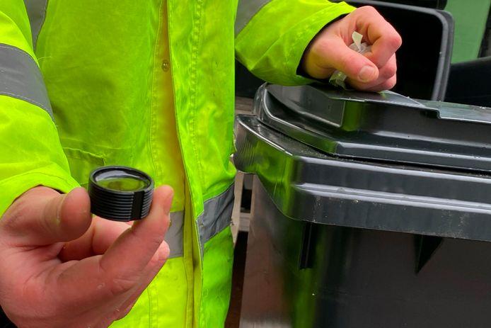Elke afvalcontainer wordt voorzien van een computerchip die gekoppeld wordt aan het adres en waardoor ieder de factuur voor zijn ingeleverde kilo's afval ontvangt..