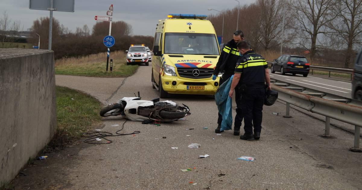 Scooterrijder gewond na botsing tegen brug in Wijk en Aalburg.