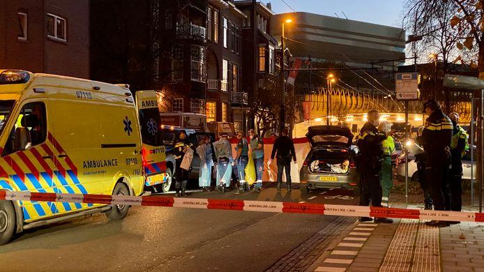 Hulpdiensten in de Cronjestraat in Arnhem, kort na de schietpartij.