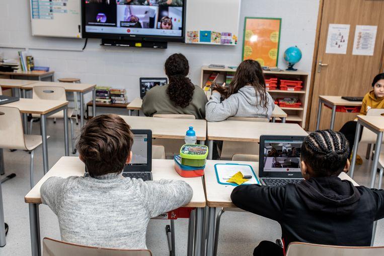 Leerlingen van groep 8 op De Krijtmolen in Noord moeten de kennismaking met het voorgezet onderwijs deels online doen. Beeld Nosh Neneh