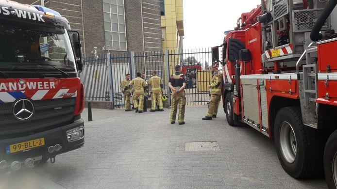 """De brandweer is samen met mensen van netbeheerder Stedin bij het stroomverdeelstation in de De Constant Rebecquestraat. ,,We kijken wat er precies aan de hand is en of er brand zou kunnen zijn geweest."""""""