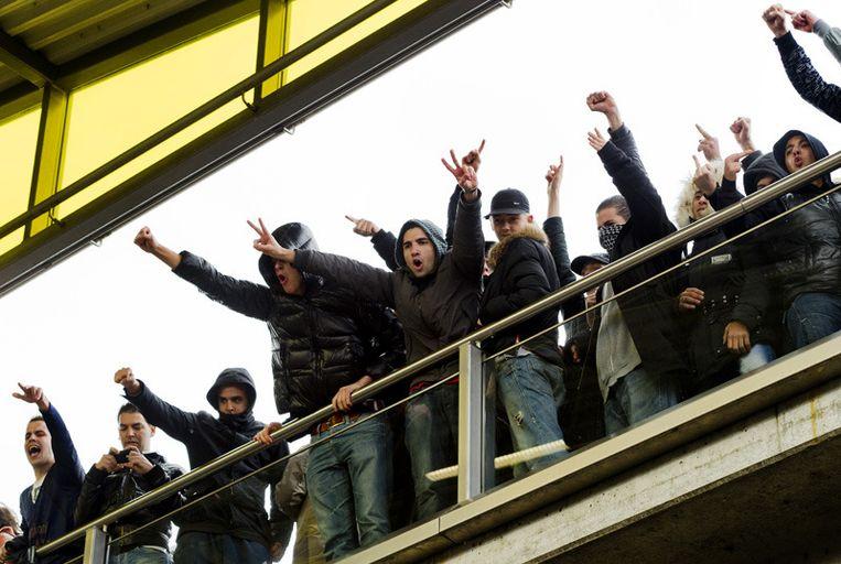 Voetbalhooligans op metrostation Isolatorweg in Amsterdam proberen zaterdag de bijeenkomst van de English Defence League te verstoren. Foto © Koen van Weel/anp Beeld