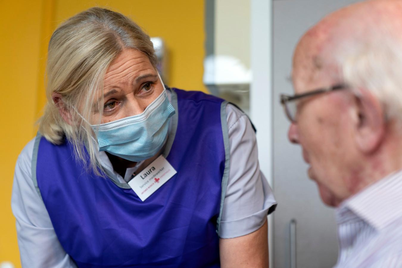 Laura Sweens, uitbater van een eetcafé in Liempde, werkt nu in het ziekenhuis. Met patiënt Johan Kruis (rechts) heeft ze een echte klik.