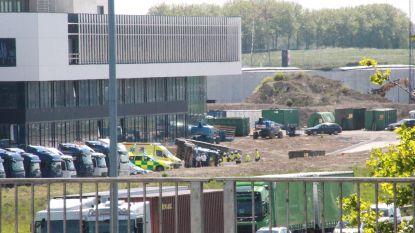 Vrachtwagen kantelt op bedrijventerrein Van Marcke, bestuurder uur lang gekneld
