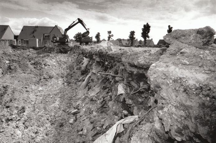 24 juni 1993: Er moest een flink stuk afgegraven worden om de vervuilde grond aan de Postelseweg in Eersel weg te krijgen.