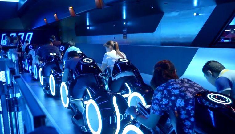 De overdekte TRON-achtbaan in Shanghai: de passagiers zitten op motoren.