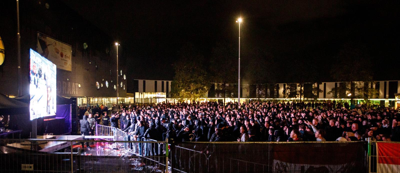 Willem II-fans volgen de wedstrijd tegen Glasgow Rangers op het Olympiaplein. Ze lapten alle coronaregels aan hun laars.