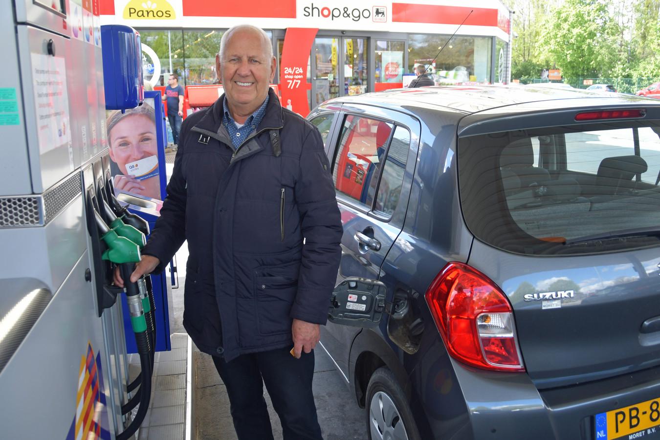 Herman Hemelsoet uit Westdorpe merkt nuchter op dat hij sowieso op pad moet voor een tankstation, omdat in Westdorpe en Sas van Gent niet meer getankt kan worden. Maar die goede prijs in Zelzate is natuurlijk een bonus.