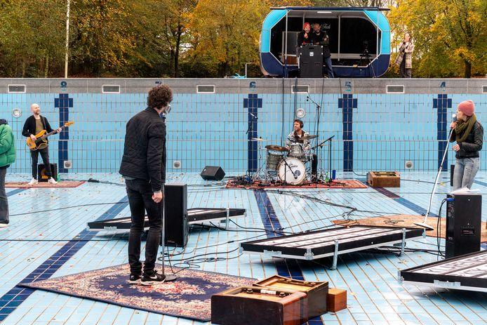 Spelen in zwembad Klarenbeek.