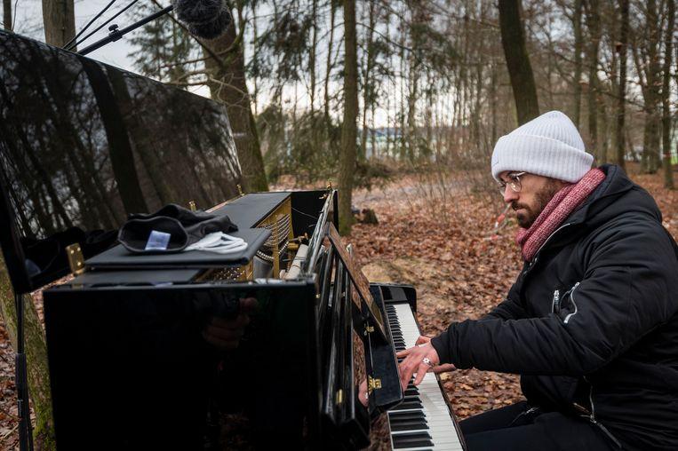 Igor Levit speelt tijdens een protest tegen de aanleg van een snelweg door het Dannenroder bos in Duitsland, afgelopen vrijdag.  Beeld Getty Images