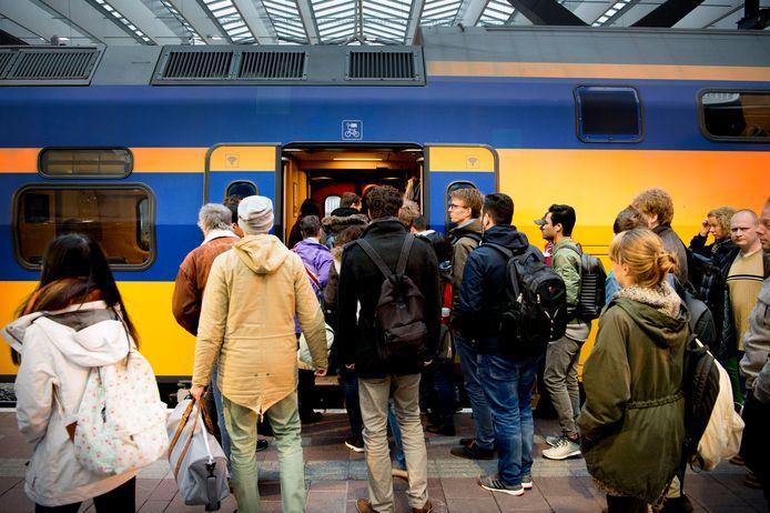 Volle treinen, zoals hier op Rotterdam CS, zullen er komende week niet zijn in Nederland.