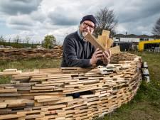 Kunstenaar Rien ontdekt dat hij probleem heeft bij bouw van 'stiltedome' in Deventer: 'Te weinig pallets'