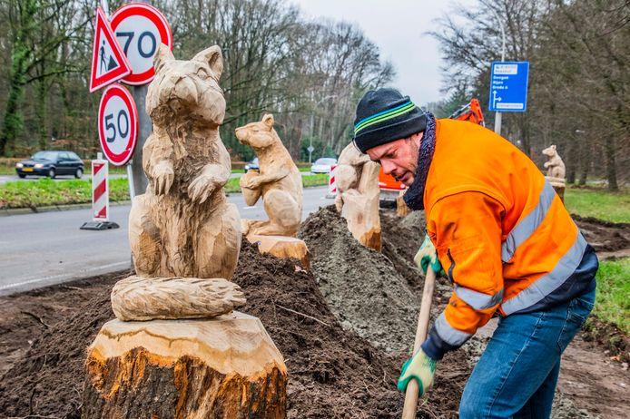 De eikenhouten eekhoorns staan aan de Bredaseweg, vlakbij het vroegere Tilburgse Dierenpark.