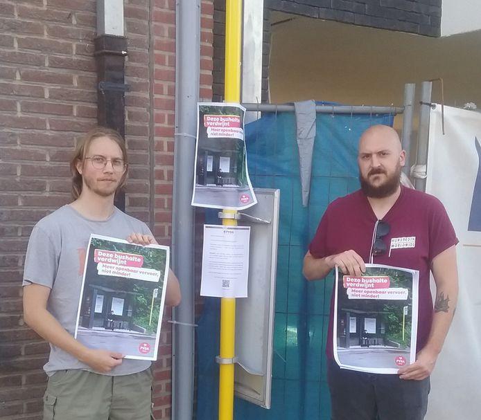 Kevin Kestemont (rechts) en de andere leden van PVDA Halle zijn gestart met een affichecampagne tegen het afschaffen van bushaltes van De Lijn.