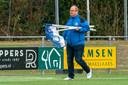 Iwan de Jong van RKHVV ruimt de cornervlaggen op, wanneer hij ze weer mag plaatsen is de grote vraag.