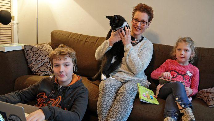 Moeder Linda van der Klooster tussen haar zoon Heron en dochter Ilse.