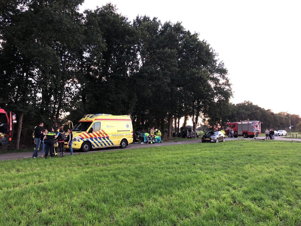 Hulpverleners op de plek van het ongeluk in Putten.
