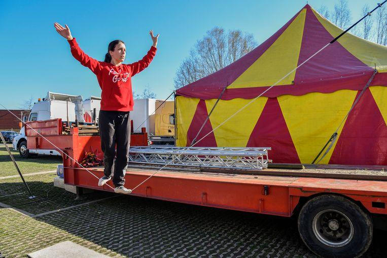 Tussen de vrachtwagens wordt er ook geoefend met koorddansen.