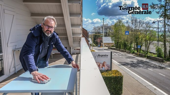 Christof is zijn terras aan het schoonmaken om vanaf zaterdag zijn klanten in de beste omstandigheden te verwelkomen.