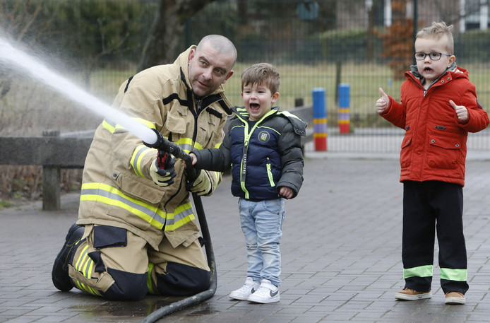 Valburgse kinderen krijgen les van een brandweerman.
