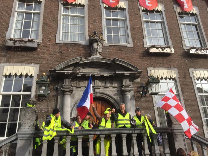 Vijftien mensen demonstreren in gele hesjes op de Grote Markt in Breda.