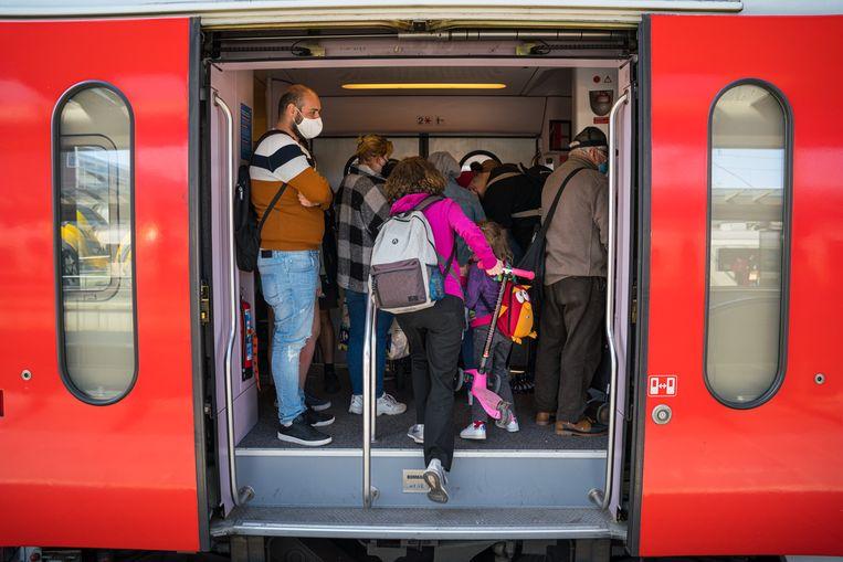 Een volle trein in Brugge gisteren. Beeld Wouter Van Vooren